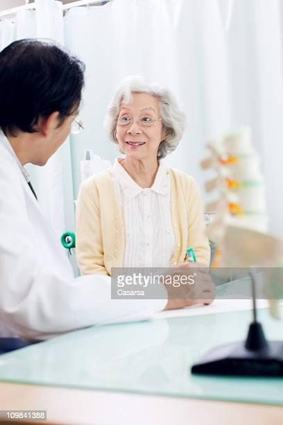 Senior femme en visite chez le médecin