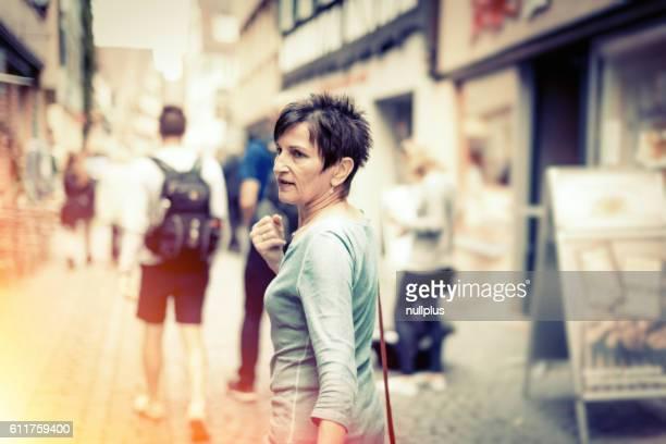 Ältere Frau zu Fuß durch die Straßen Tübingen, Deutschland