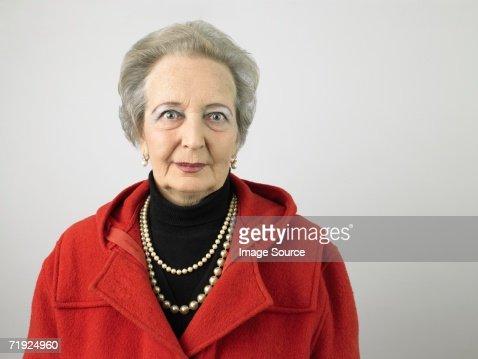 Mulher idosa com casaco : Foto de stock