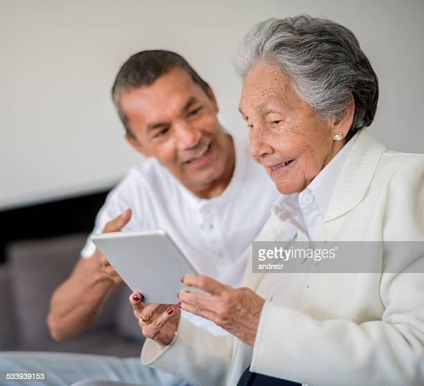 Mulher idosa com um computador tablet