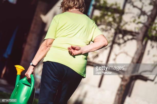 シニア女性、背中の痛み