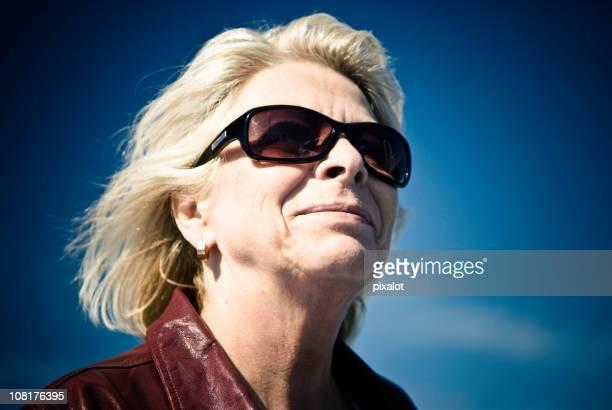 Senior Frau mit blauer Himmel Hintergrund