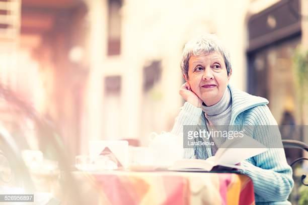 Donna anziana con un libro