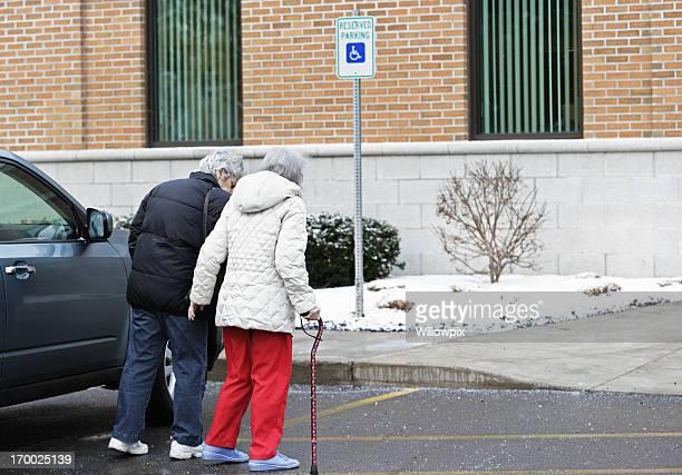 Senior Frau mit Walking Cane Richtung Arzt-Büro
