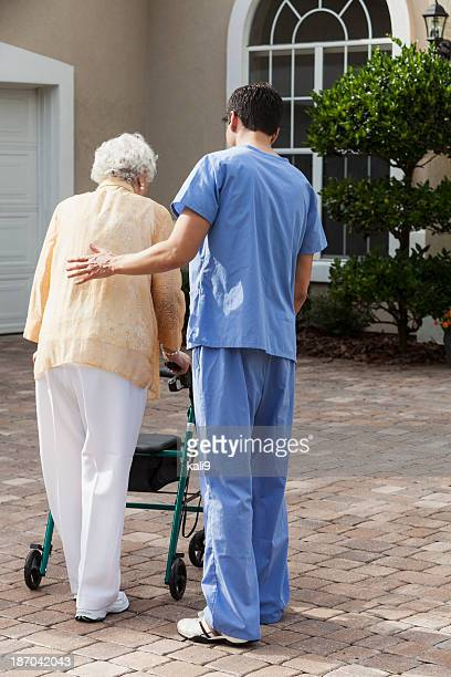 Mujer Senior con el cuidador