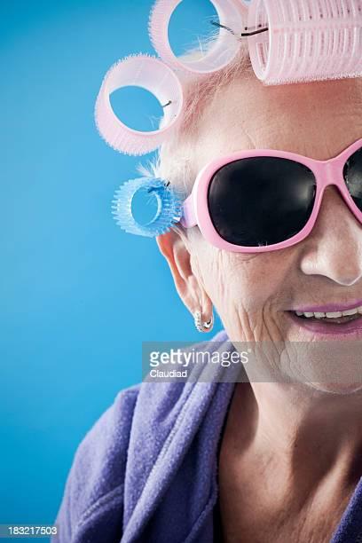 Senior femme avec Bigoudi et des lunettes de soleil