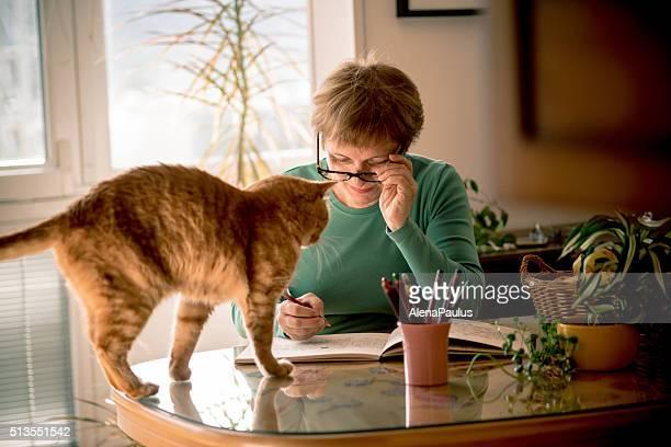 Femme Senior avec lunettes de vue livre de coloriage à la maison, l'Europe