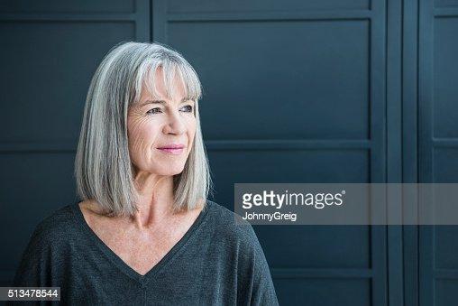 Femme âgée avec des cheveux gris à la recherche de l'hôtel