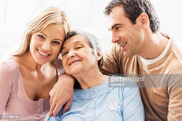 Mulher idosa com a sua idade crianças.