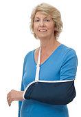 Senior Frau mit linken arm in sling