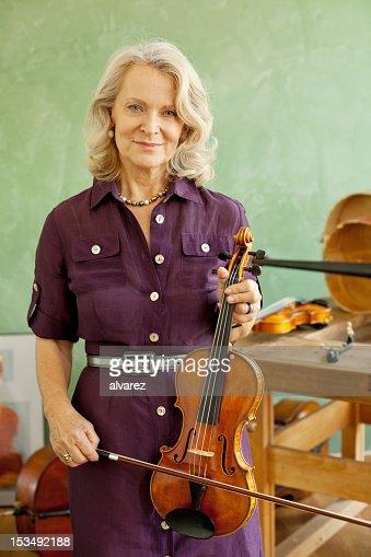 Mulher idosa com Violino : Foto de stock