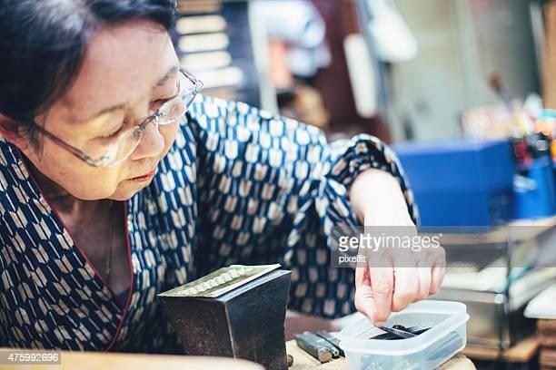 高齢者の女性彼女のワークショップにご参加ください。