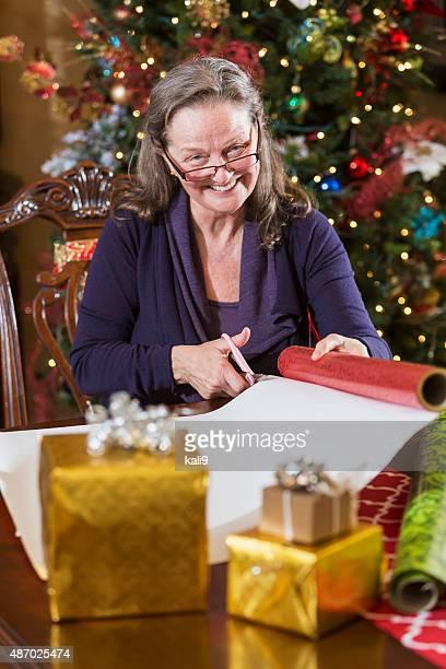 高齢者の女性包装クリスマスツリーは、