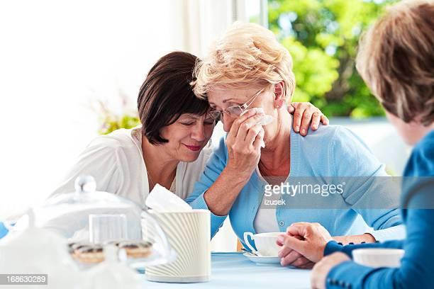 Senior Frau Trösten Ihr Freund