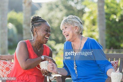 Femmes seniors profitant tasse de café, en se parlant