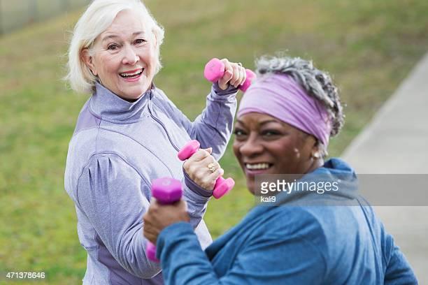 Mulheres idosas exercitar no parque