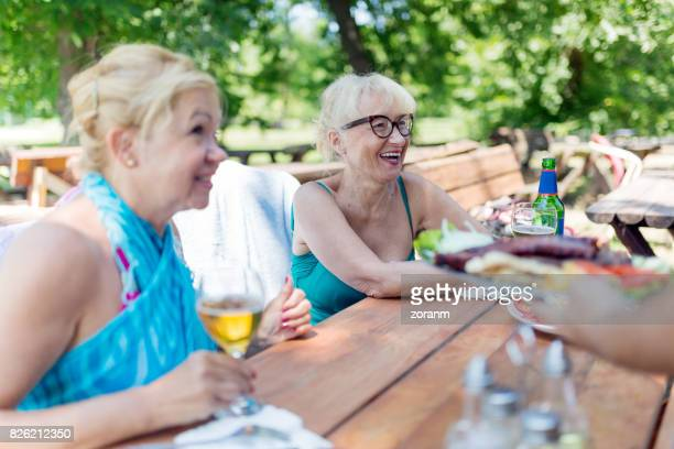 Senior femenino almorzando al aire libre