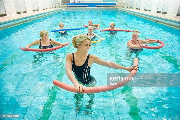 senior Damen von weibliche Lehrer unter Wasser-Aerobic