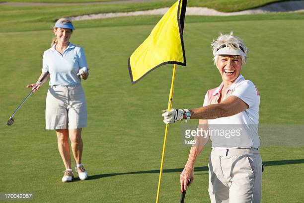 年配の女性のゴルフをお楽しみください。