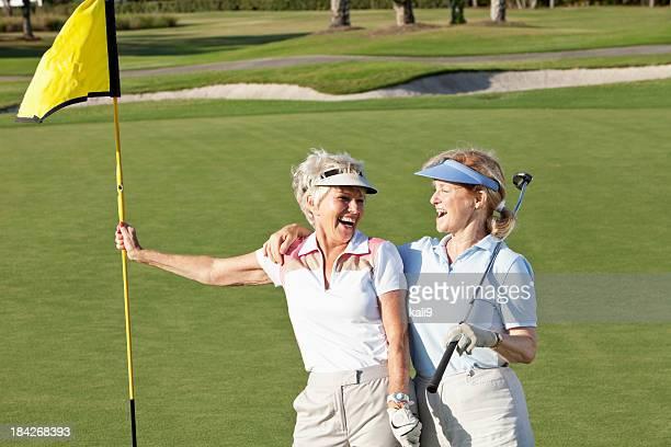 Femmes âgées jouant au golf.
