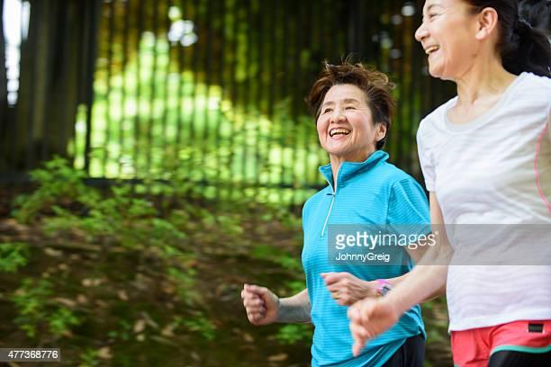 Senior Frau läuft im park
