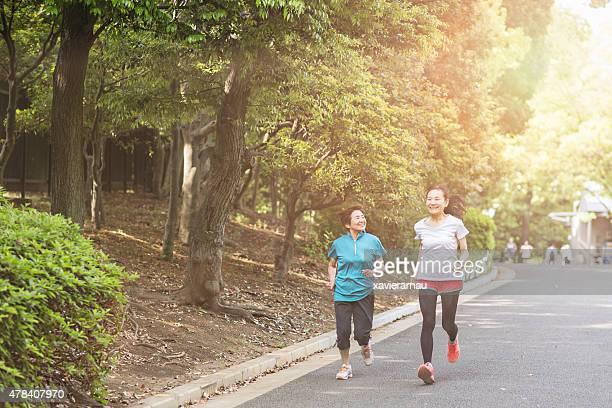 年配の女性のランニングで代々木公園