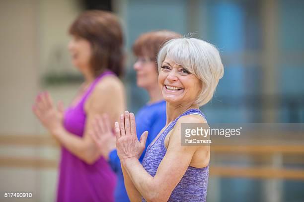 Ältere Frauen bei einer Yoga-Kurs