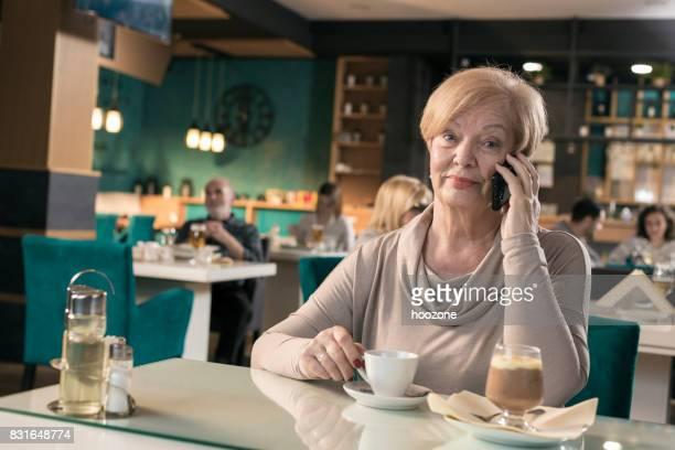 Frauen in Führungspositionen am Telefon im restaurant