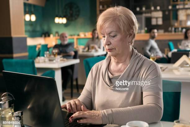 Frauen in Führungspositionen arbeiten am Laptop im restaurant