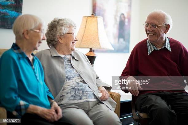 Personas mayores charlar en la residencia de ancianos