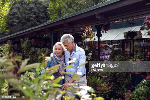 Senioren planten op de markt in het centrum van Parijs ontdekken