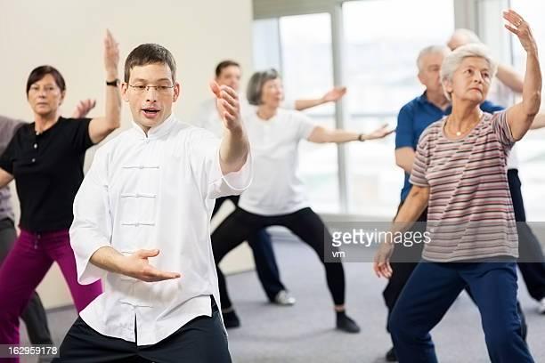 Anziani facendo esercizi di Tai Chi