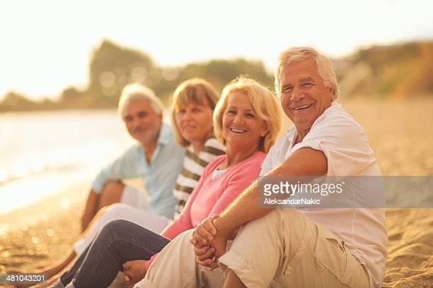 Anziani godendo splendida giornata di sole all'aperto