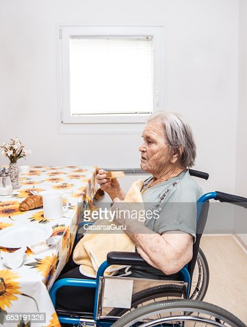Seniors Having Breakfast At The Nursing Home : Stockfoto