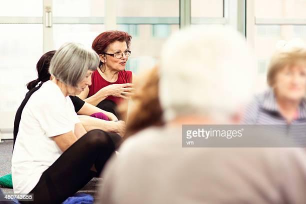 Seniores tendo conversa em Community Centre