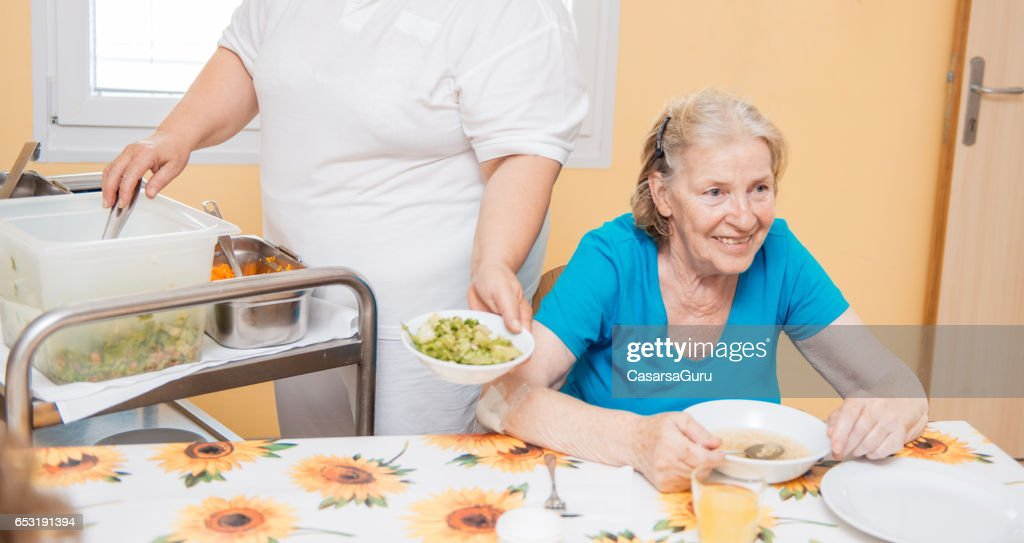 Seniors Having Lunch In The Dining Room Of The Retirement Center : Foto stock