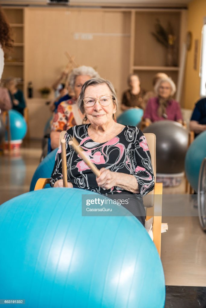Seniors Having Physical Therapy In The Retirement Home : Stock-Foto