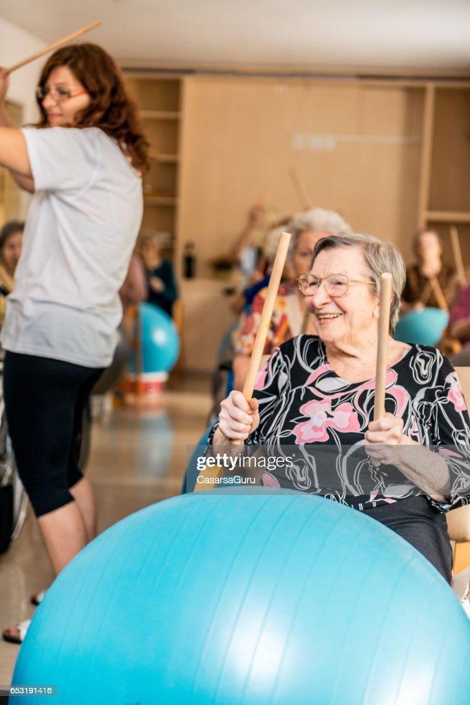 Seniorer med sjukgymnastik i de äldreboende : Bildbanksbilder