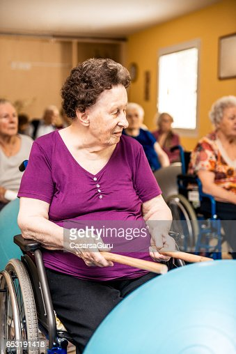 Seniors Having Physical Therapy In The Retirement Home : Stockfoto