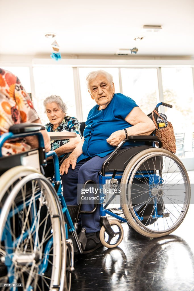Seniors On The Wheelchair In The Nursing Home Waiting For The Therapy In The Gym Class : Foto stock