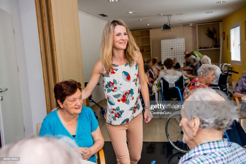 Seniors Playing Bingo At The Retirement Home : Stockfoto