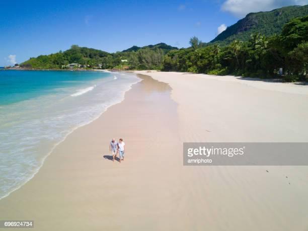 Senioren nehmen auf der Welt, aerial View älteres paar Strand