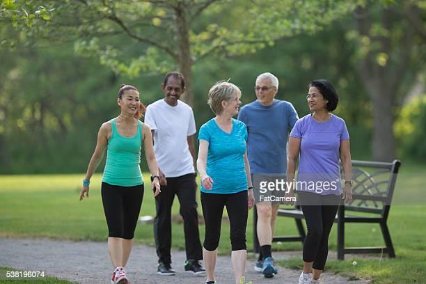 Les personnes âgées marchant dans le parc ensemble