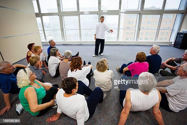 Anziani guardando Tai Chi esercizi
