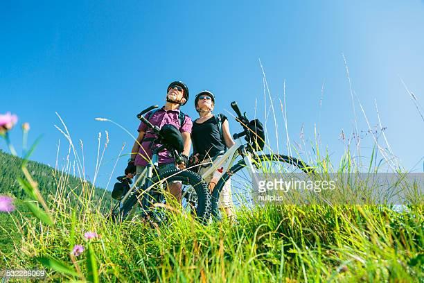 Les retraités avec des VTT debout au sommet d'une colline