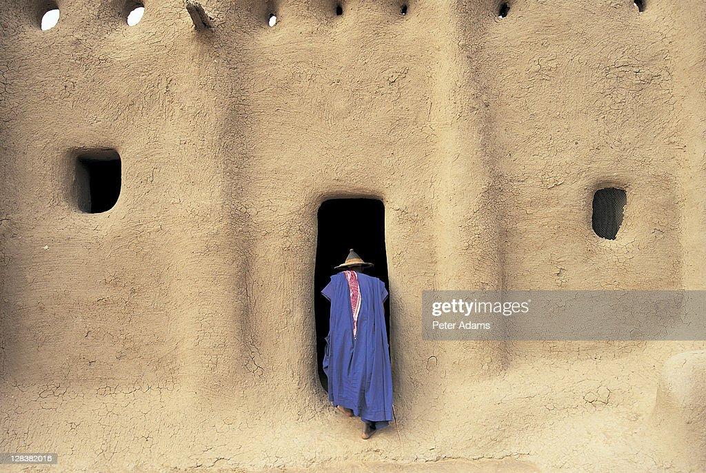 Sennissa, Mali, Person heading into mosque : Stock Photo
