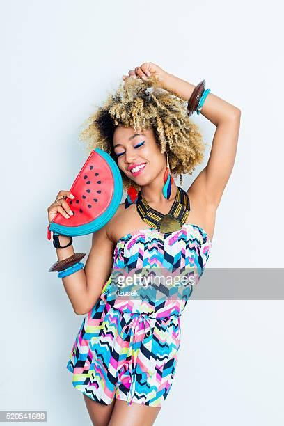 Sensual Jovem mulher afro-americana em conjunto de Verão