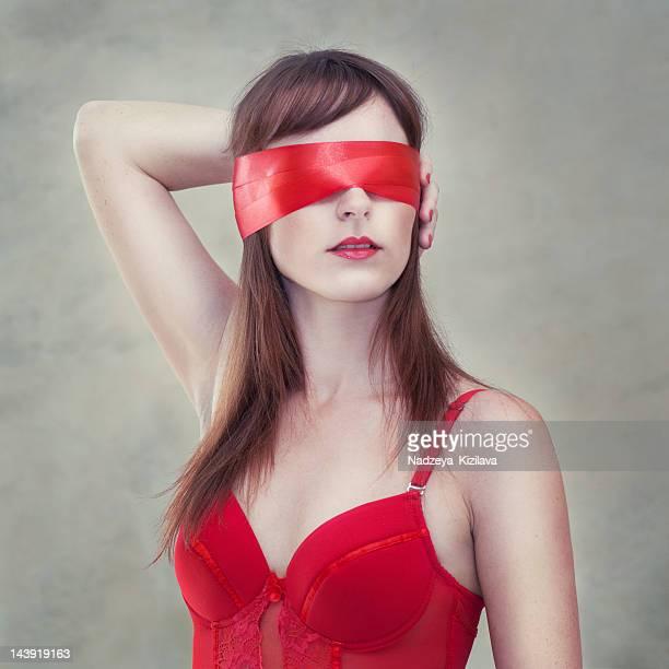 Sinnliche Frau mit verbundenen Augen
