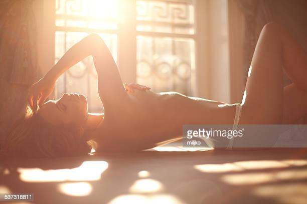 Sensuelle femme allongée sur le lit