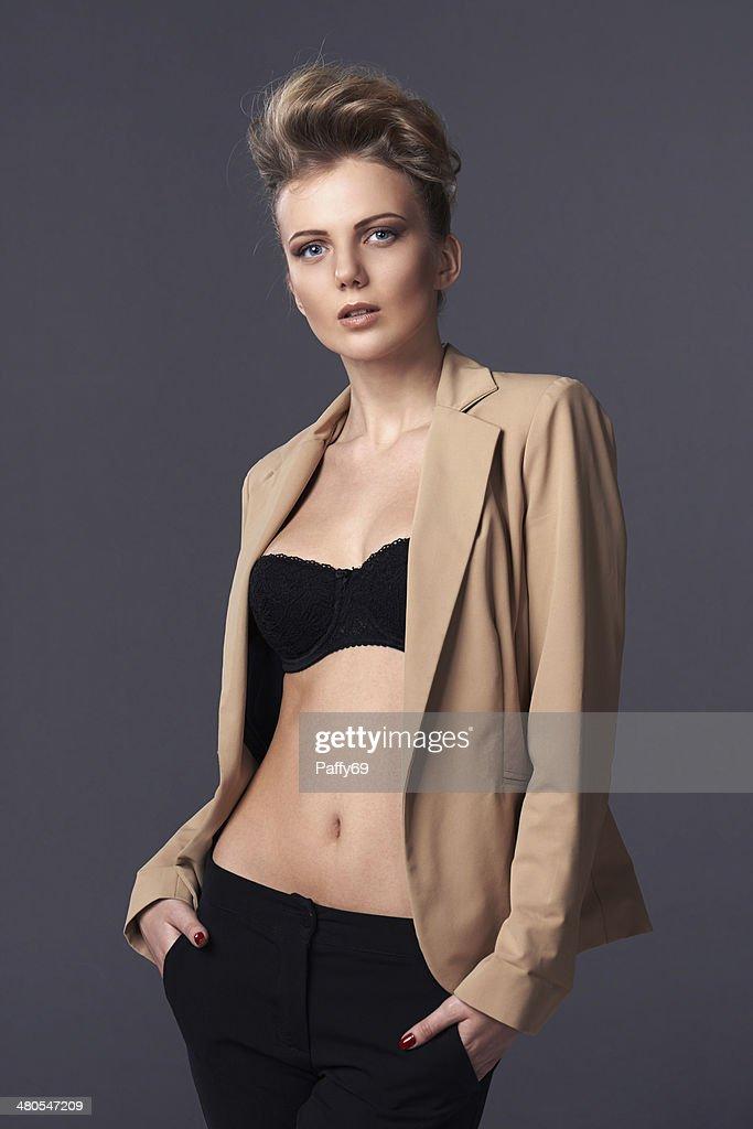 Sensual mujer posando en chaqueta desabrochado : Foto de stock